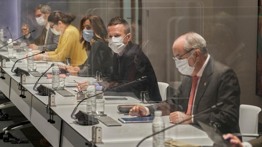 El consejero vasco de Educación, Jokin Bildarratz (2d), y la consejera de Gobernanza Pública y Autogobierno, Olatz Garamendi (3d), durante la reunión del Comité Asesor del Plan de Protección Civil de Euskadi (LABI).
