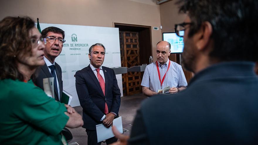 El vicepresidente Juan Marín y el consejero de Presidencia, Elías Bendodo, conversan con los periodistas.