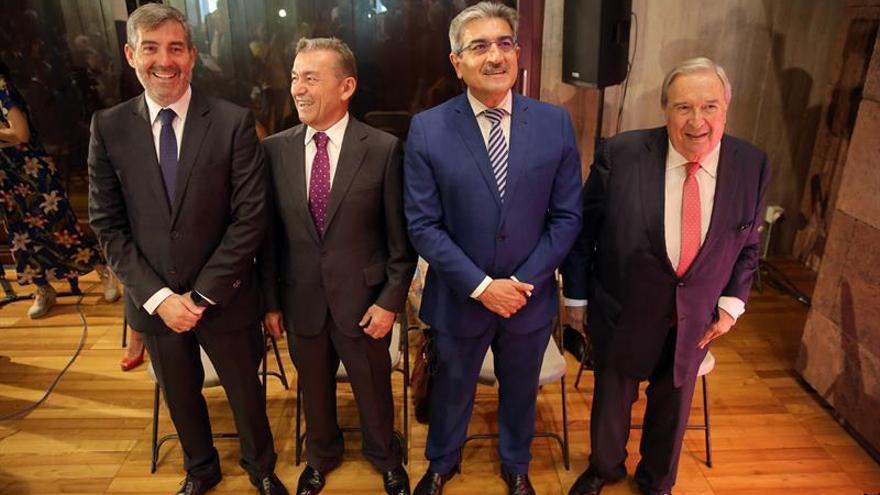 Los ex presidentes Jerónimo Saavedra (d), Román Rodríguez (2º d), Paulino Rivero y Fernando Clavijo (i) en la toma de posesión de Torres.