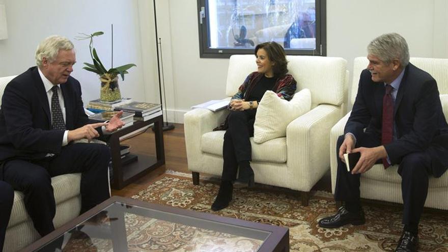 Sáenz de Santamaría y Dastis analizan con el ministro británico el proceso del brexit