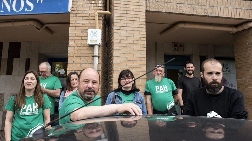 Integrantes de la PAH en el acto de paralización del desahucio.   JOAQUÍN GÓMEZ SASTRE