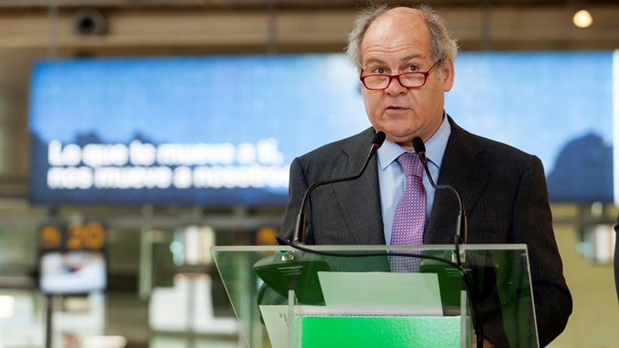 El presidente de la línea aérea Binter, Pedro Agustín del Castillo, durante la rueda de prensa que ofreció hoy en el Aeropuerto Tenerife Norte Los Rodeos.