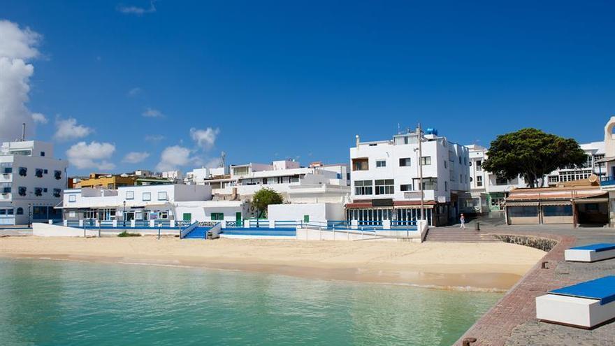 La avenida y la playa de la localidad turística de Corralejo, en la isla de Fuerteventura, permanecen desiertas por el confinamiento