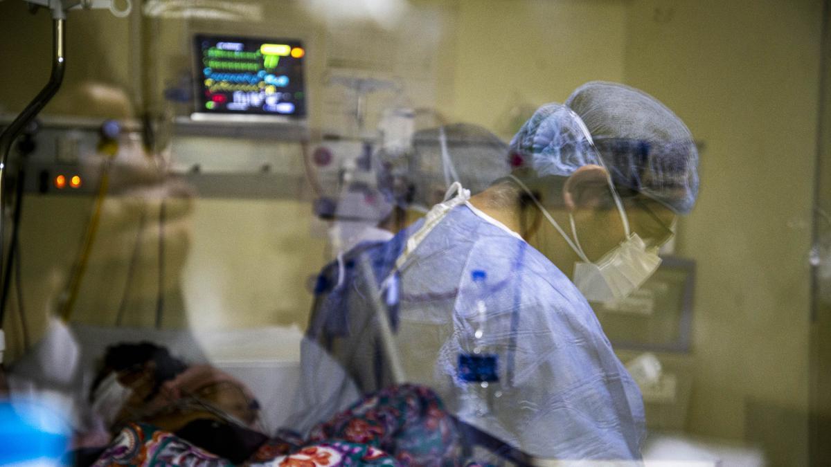 Modesto Álvarez es Licenciado en Enfermería. Trabaja en la guardia general  del Hospital Durand de lunes a viernes, de 6 a 12 de la mañana, y los fines de semana en la terapia intensiva de la Clínica de los Virreyes, sábados y domingos en turnos de 12 horas.