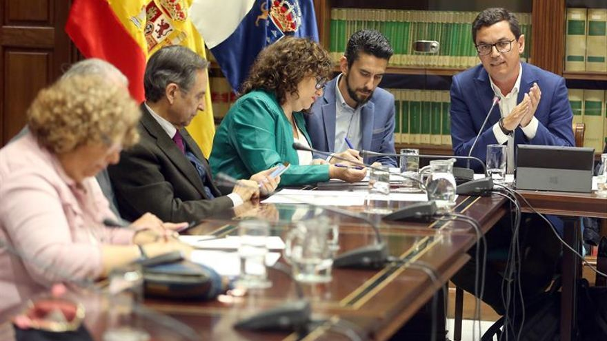 El vicepresidente y consejero de Obras Públicas del Gobierno de Canarias, Pablo Rodríguez, compareció este viernes en comisión parlamentaria. EFE/ Cristóbal García
