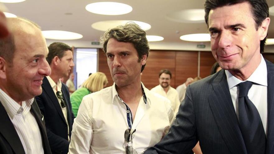El ministro de Industria y presidente del PP de Canarias, José Manuel Soria (d), saluda a los dirigentes Hernández Bento (c) y Cardona, antes de iniciar la reunión de la junta directiva de su partido en las islas. EFE/Cristóbal García