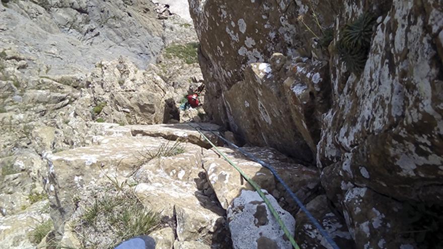 La escalada combina todo tipo de elementos: placas, diedros y chimeneas.