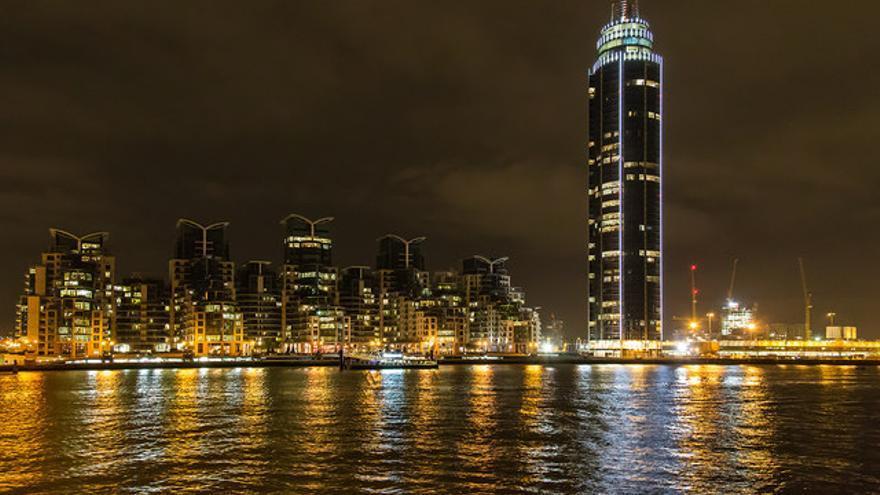 El lujoso rascacielos al atardecer, con muy pocas luces en sus ventanas.