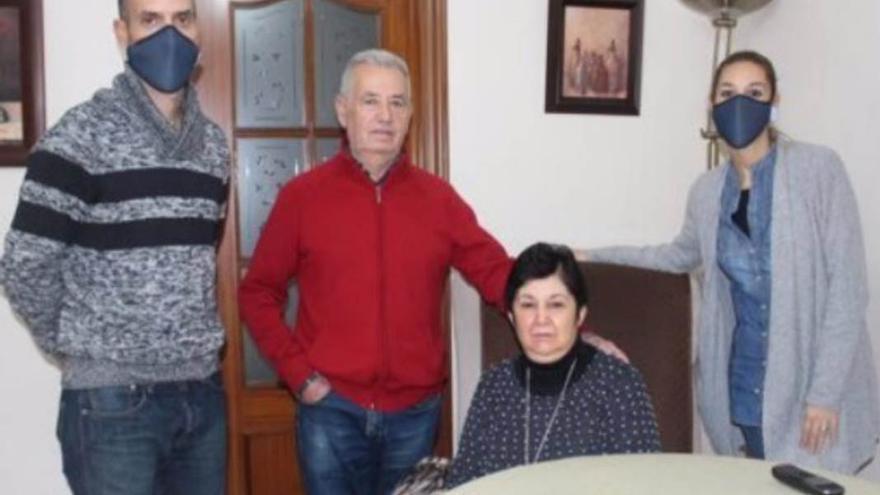La familia de Teresa Muñoz Albalá, de Aguilar de la Frontera (Córdoba), que tiene 62 años y sufre esclerosis múltiple.
