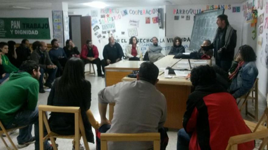 Activistas de varios colectivos celebran una asamblea en el Encierrio Dignidad / Foto: JR