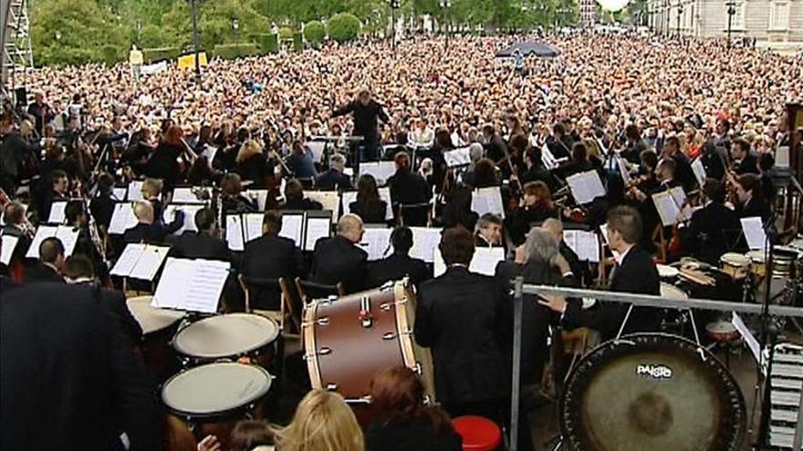 La sinfónica protesta de la Orquesta de RTVE en la Plaza de Oriente de Madrid