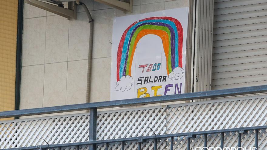 Carteles de ánimo realizados por niños colgados en los balcones de Córdoba | ÁLEX GALLEGOS