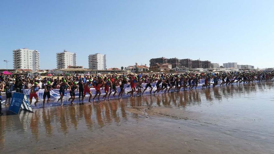 Imagen de la salida de la prueba de natación de la prueba de la Copa del Mundo de triatlón en Punta Umbría.