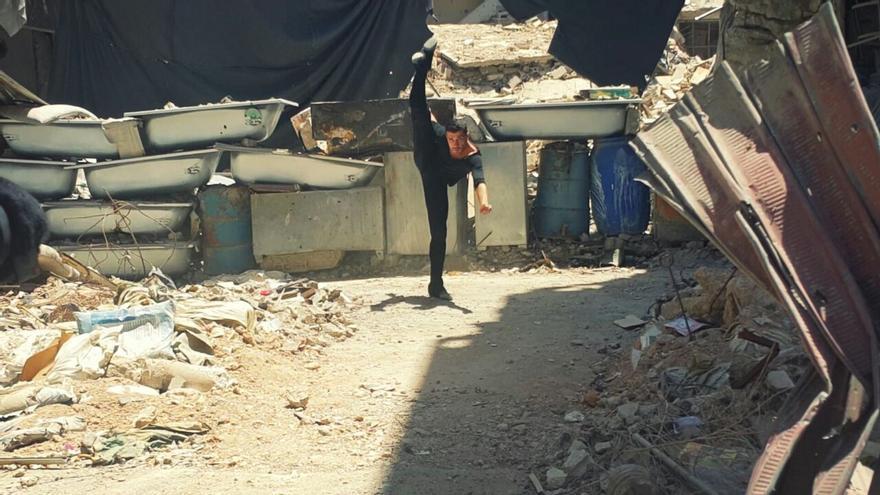 Ahmad bailando sobre las ruinas del campo de refugiados de Yarmouk. Imagen cedida por Ahmad Joudeh.