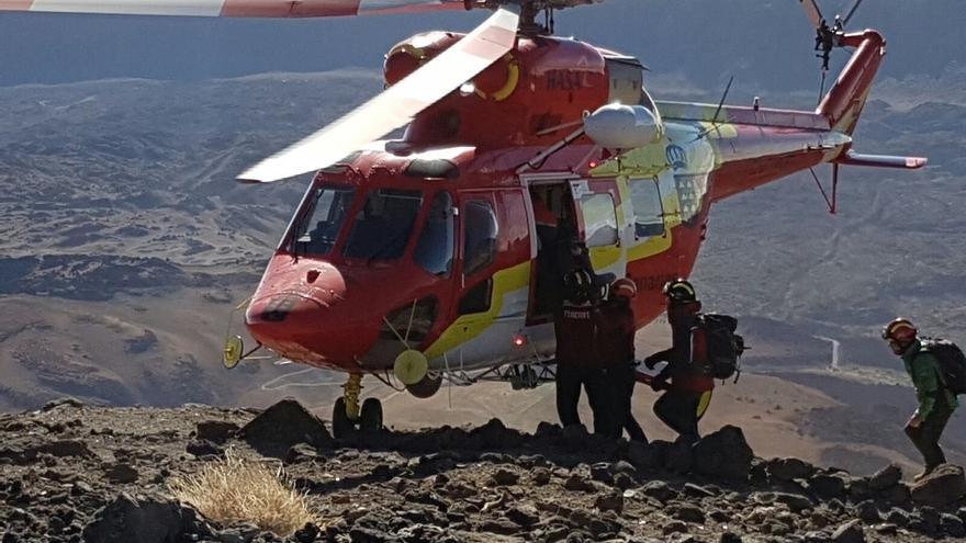 Helicóptero de emergencias durante el rescate en la zona de La Rambleta, cerca de la cumbre del Teide