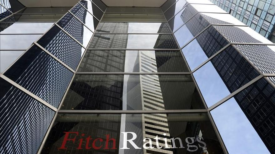 Fitch mejora la perspectiva de 6 autonomías que siguen a un paso del bono basura