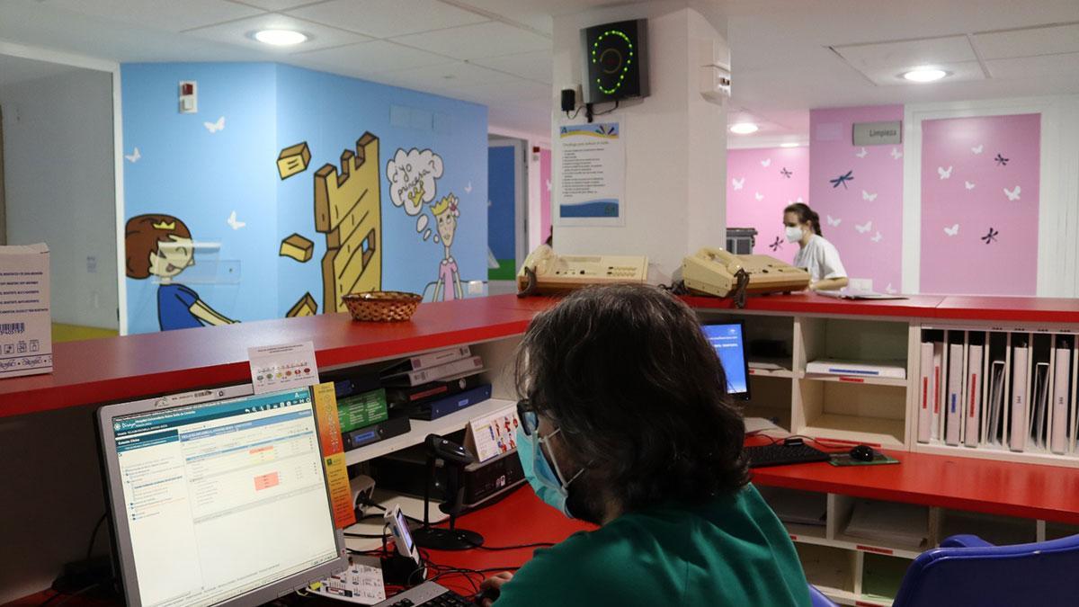 El Reina Sofía instala un sonómetro en Oncohematología Pediátrica para mejorar el descanso de los menores.