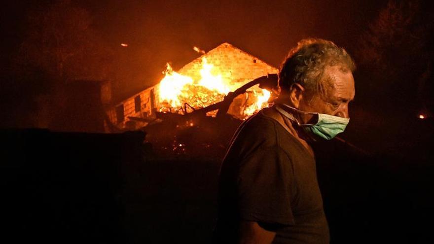 Un hombre lucha contra las llamas en un incendio forestal declarado en Adica, Tondela (Portugal). EFE