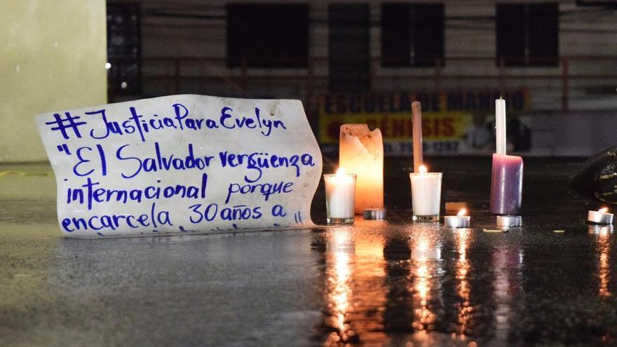 Cartel de apoyo a Evelyn Hernández, condenada a 30 años de prisión. Foto: Las 17