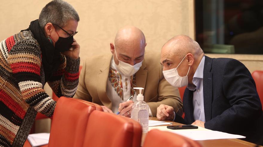 El secretario general del PSOE en el Congreso, Rafael Simancas (d), conversa durante la Comisión de Presupuestos con María Carvalho (ERC) y Txema Guijarro (Unidas Podemos)