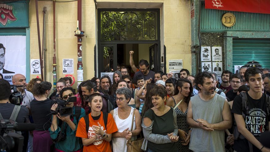 Vecinos y activistas delante del portal de Agumosa 11 donde hoy estaba previsto el desahucio de una familia. / Álvaro Minguito
