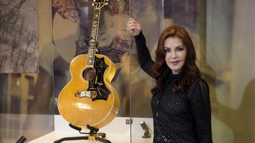 Priscilla Presley lleva nuevos objetos de Elvis a una muestra en Londres