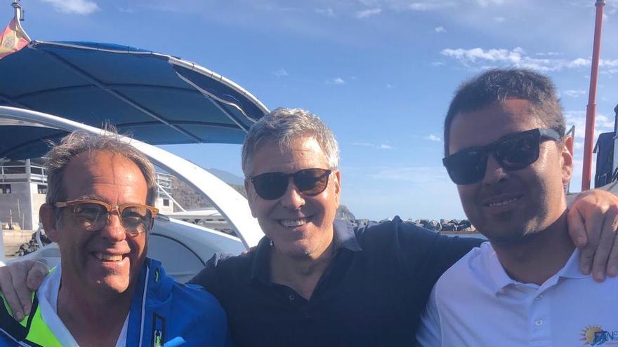 George Clooney se fotografió en el Puerto de Tazacorte con Ramón Cueto (propietario del Fancy II, a la izquierda) y Aníbal, uno de los marineros de la embarcación.
