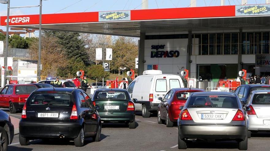 El IPC modera su caída al 0,8 % por los carburantes y la electricidad