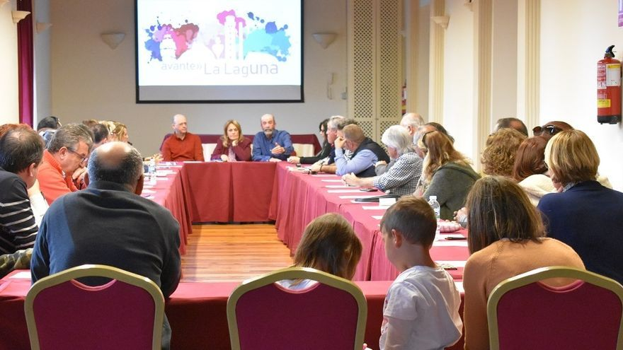 Santiago Pérez, en la cita de este sábado en La Laguna, junto a otros participantes en el proyecto político local