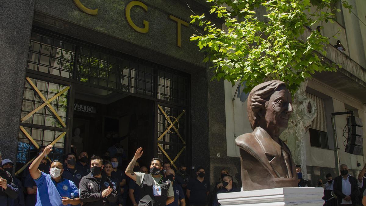 En octubre pasado, la CGT inauguró un busto de Néstor Kirchner frente a su sede.