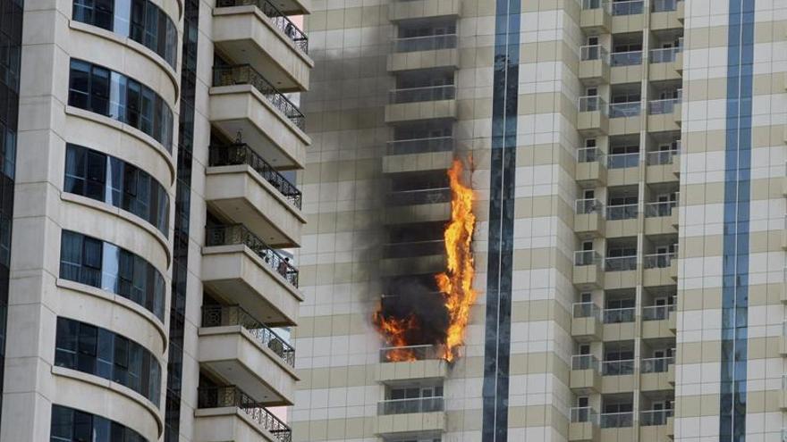 El incendio en un rascacielos de lujo en Dubái está controlado y sin víctimas