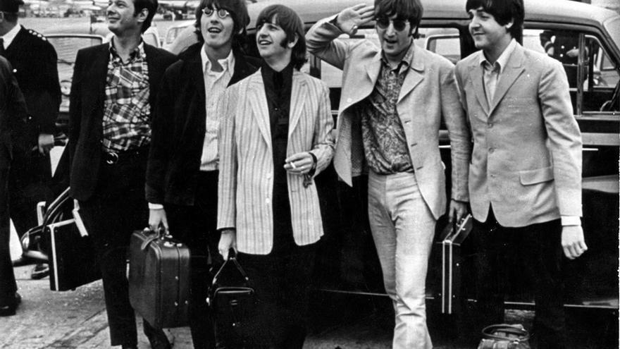 Fotografía de archivo del grupo The Beatles junto a su manager, Brian Epstein (i), EFE/ARCHIVO