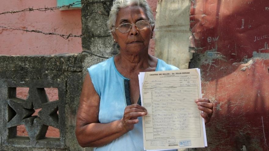 La viuda de José Silva muestra los análisis de su esposo/ Diego Cobo