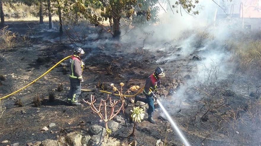 Los bomberos intervienen en uno de los incendios.