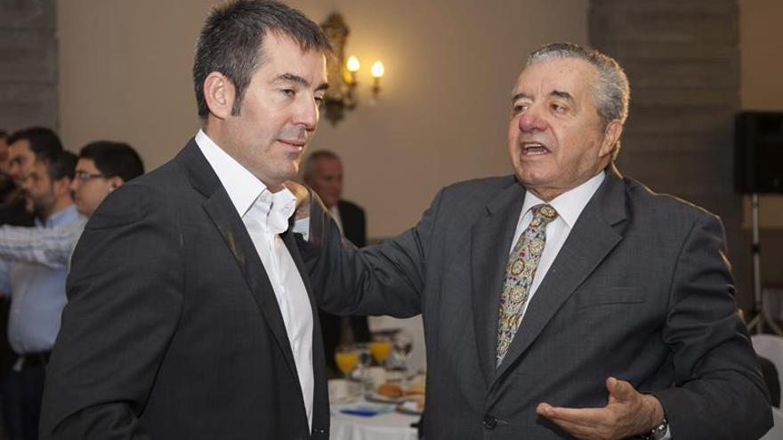 El candidato de CC a presidente del Gobierno canario en las autonómicas de 2015, Fernado Clavijo (i) y el ex presidente del Gobierno Canario, Lorenzo Olarte (d). (Efe/Ángel Medina).