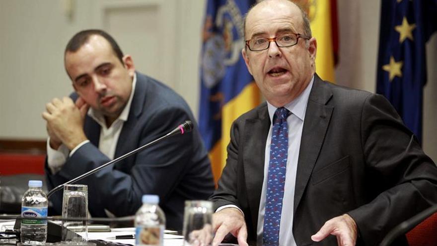 El consejero de Economía del Gobierno de Canarias, Pedro Ortega (d), acompañado de su jefe de gabinete, Luis Suárez. (Efe/Cristóbal García).