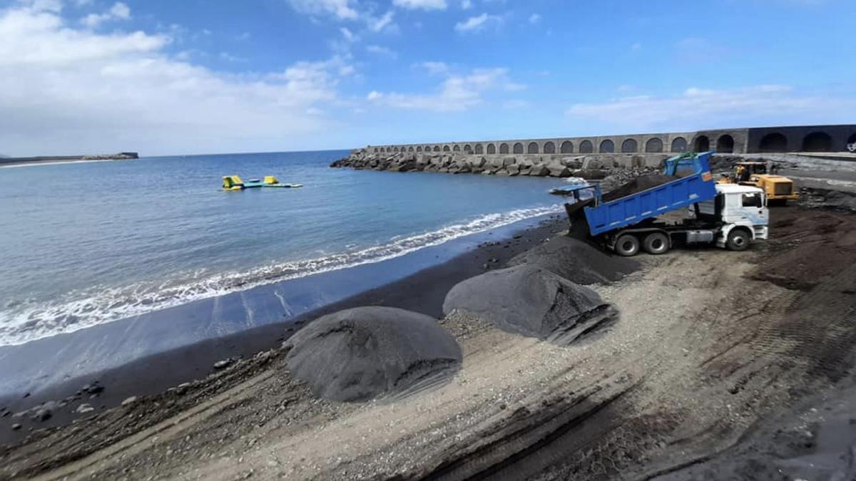 Trabajos de mejora y acondicionamiento en la playa del Puerto  de Tazacorte
