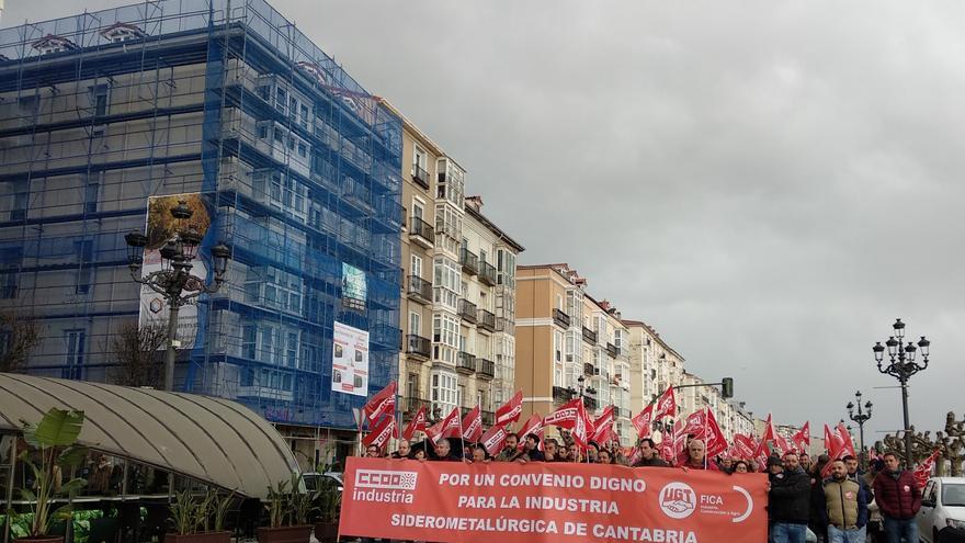 Manifestación de los sindicatos en el centro de Santander.