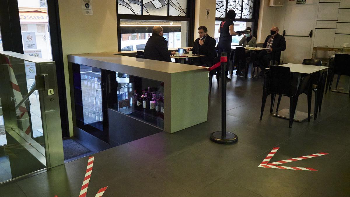 Interior de un bar con medidas de seguridad en Pamplona.