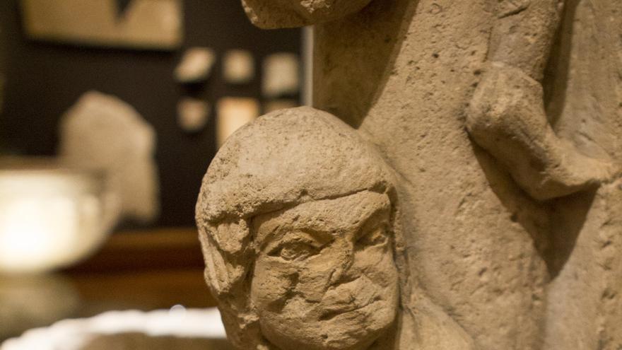 Una mujer amamanta a tres sapos en el curioso Pilar de la Lujuria. Viajar Ahora