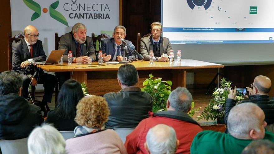 Fernando Gaspar, Fernando Fernández, Miguel Ángel Revilla y Felipe Piña, en el Ayuntamiento de Valderredible.