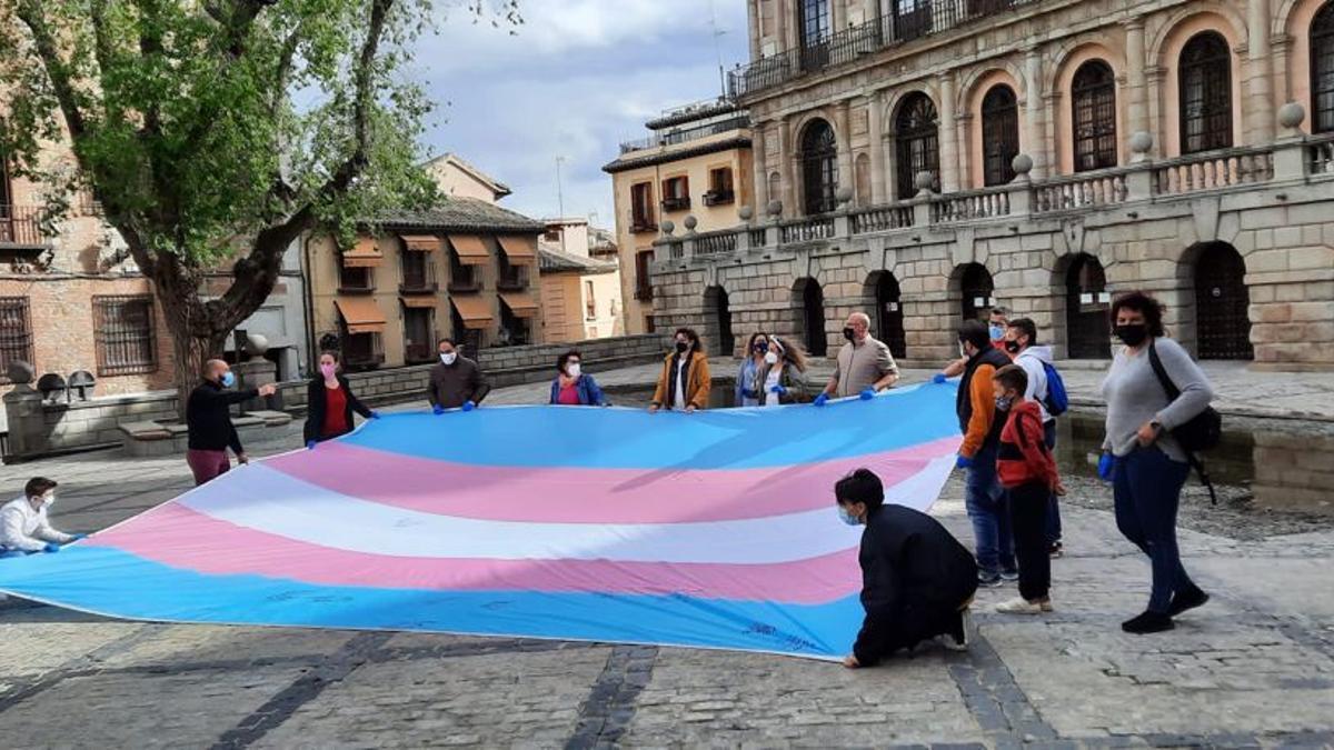 Una bandera trans de grandes dimensiones recorrerá Extremadura durante tres días