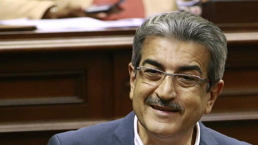 El portavoz del grupo Nueva Canarias, Román Rodríguez, durante una de sus intervenciones en un pleno en el Parlamento de Canarias. (EFE/Cristóbal García)