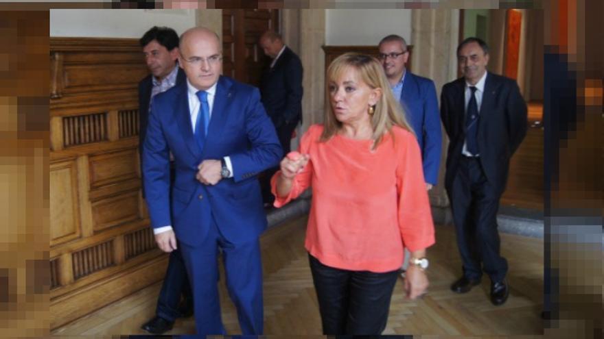 Isabel Carrasco, expresidenta de la Diputación de León en una imagen de archivo con José Luis Baltar, su homólogo en Ourense