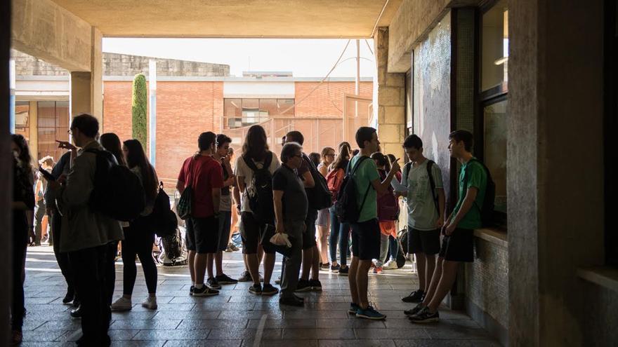 Estudiantes en las puertas del centro
