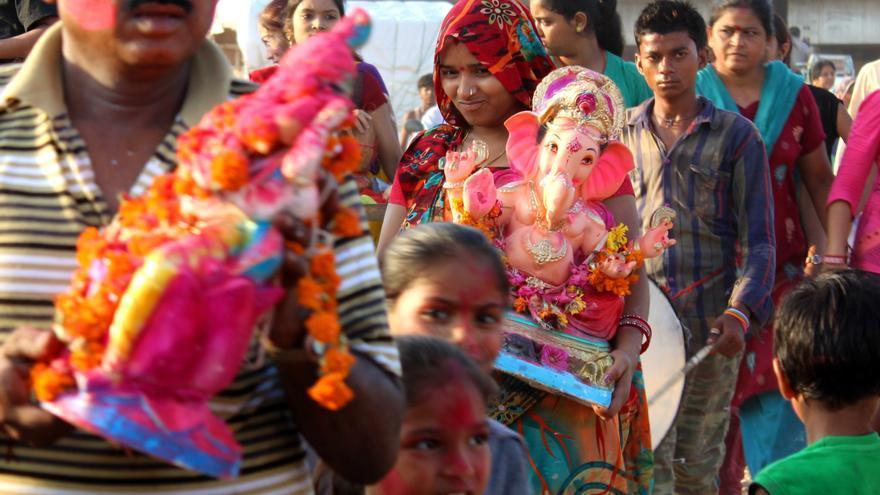 Procesión de devotos del dios Ganesh hacia las piscinas artificiales apoyadas por los ecologistas (India) / Ana Torres.