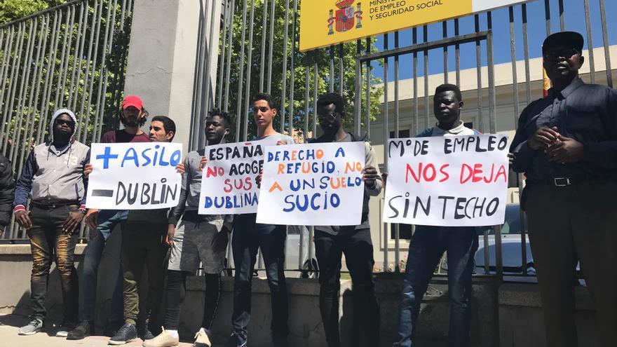 Concentración de solicitantes de asilo frente al Ministerio de Empleo para exigir su inclusión en el sistema de acogida.
