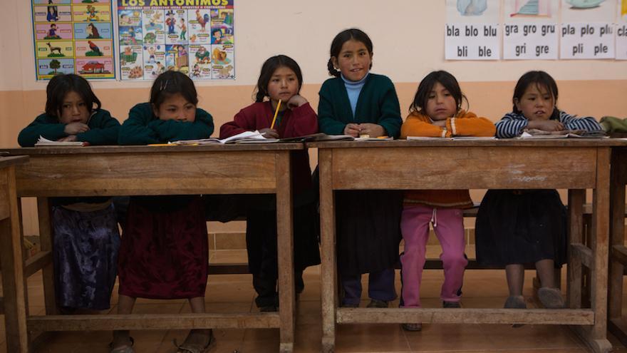 Niñas asisten a clase en una escuela de Jahuacaya, en el altiplano boliviano (Salva Campillo/AeA)