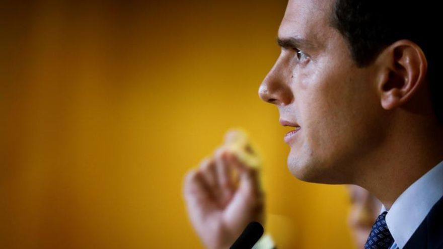 El presidente de Ciudadanos (Cs), Albert Rivera, realiza declaraciones antes de reunirse con cargos y diputados de Ciudadanos en la Asamblea de Madrid.