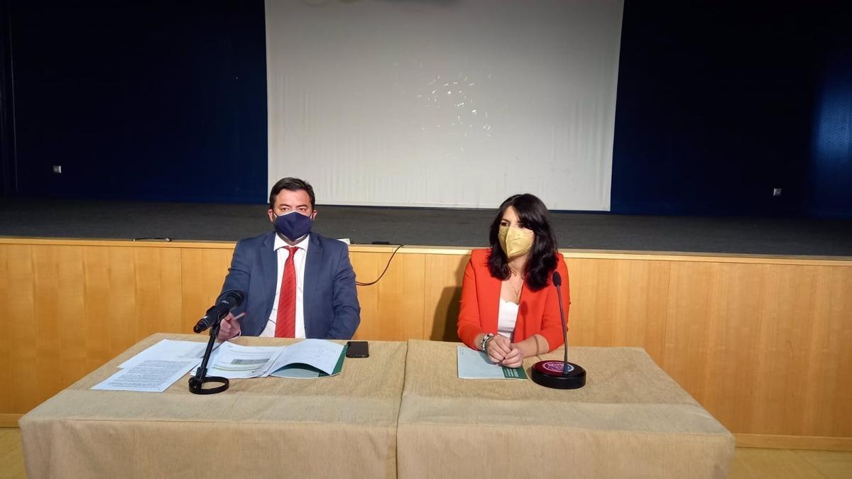 El director general de Administración Local, Joaquín López-Sidro, y la delegada territorial de Regeneración, Justicia y Administración Local de la Junta de Andalucía, Purificación Joyera.